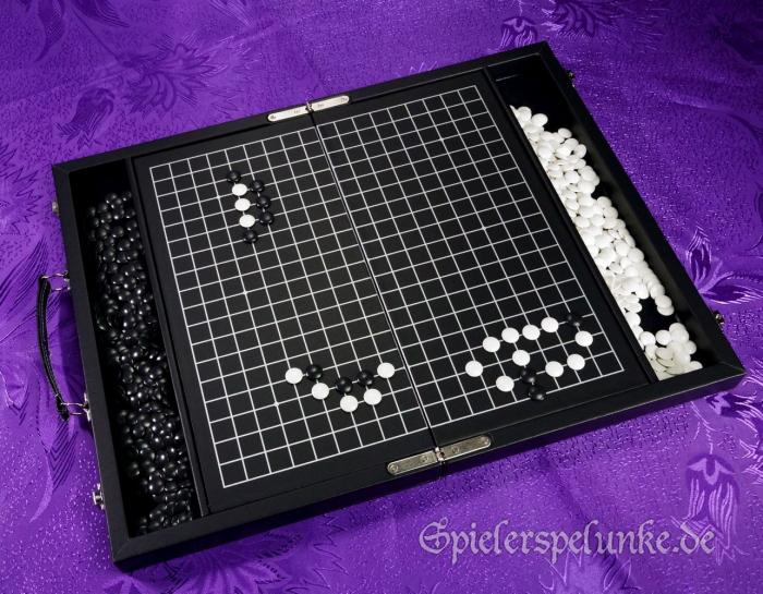 Go und Go Bang Spielekoffer in schwarzem Kunstleder mit weissen Ziernähten