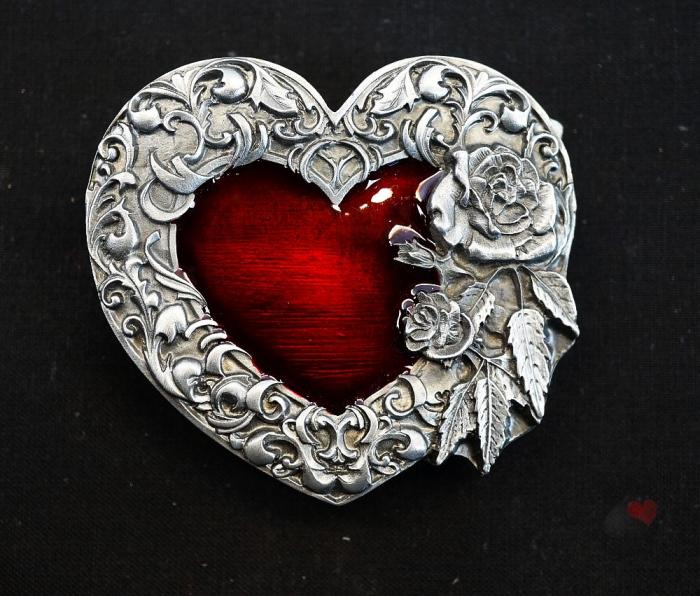 Gürtelschnalle Rotes Herz mit Blumenranken Western